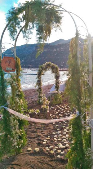 Matrimonio Spiaggia Costiera Amalfitana : Matrimonio da sogno con tripudio di fiori nel paradiso