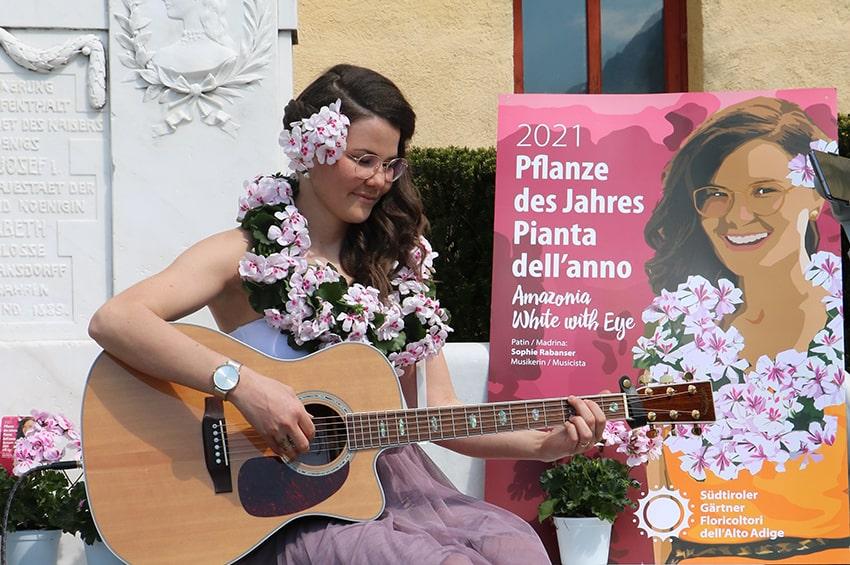 pianta-anno-2021-floricoltori-altoatesini-geranio-Amazonia_White_with_Eye-lazzeri_madrina_Sophie_Rabanser-min.jpg